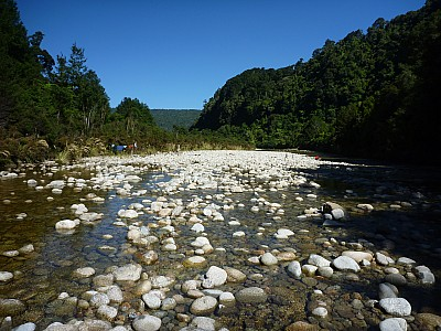 2011-01-26 10.31.19 P1020025 Simon Gunner looking downstream to camp.jpeg: 4000x3000, 5794k (2014 Aug 12 22:11)